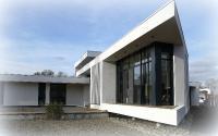 REPORTAGE FIN DE CHANTIER : Maison d'architecte contemporaine, de plain pied, bioclimatique à toit plat,  située à Toulouse. Phase fin de chantier, aménagement en cours des abords et du jardin privatif et du couloir de nage à débordement.
